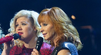 American Idol Kelly Clarkson and Reba McEntire