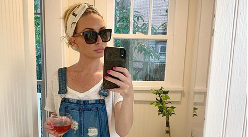 kate chastain instagram mirror selfie