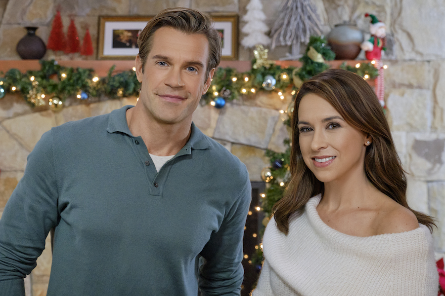 Hallmark, Time For Us To Come Home For Christmas-Lacey Chabert Credit: ©2020 Crown Media United States LLC/Photographer:Allister Foster