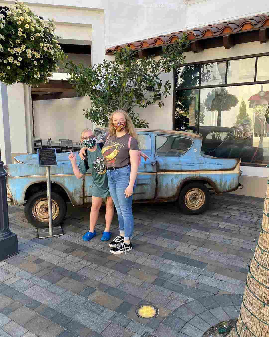 Sister Wives stars Christine & Janelle Brown take the kids to Universal Studios